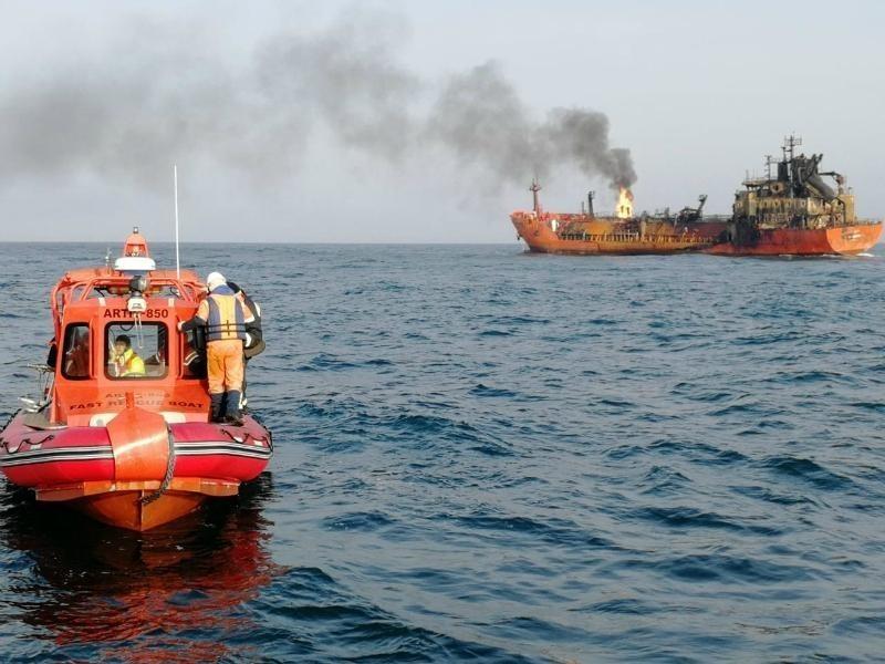 Спасатели потушили пожар на двух судах, которые загорелись в море недалеко от Анапы