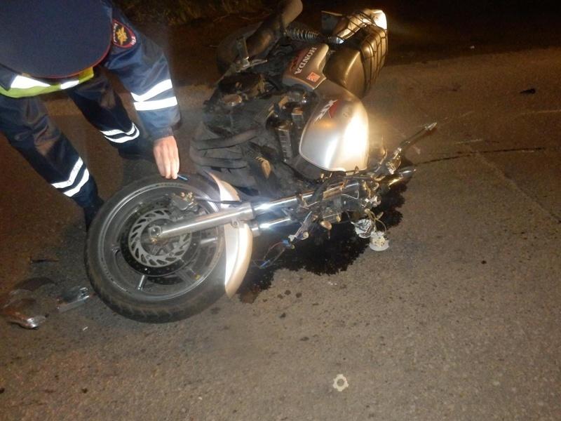 В Анапе 18-летний мотоциклист сбил двух мужчин