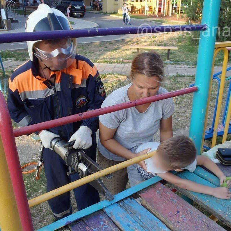 В Анапе ребёнок попал в западню на детской площадке