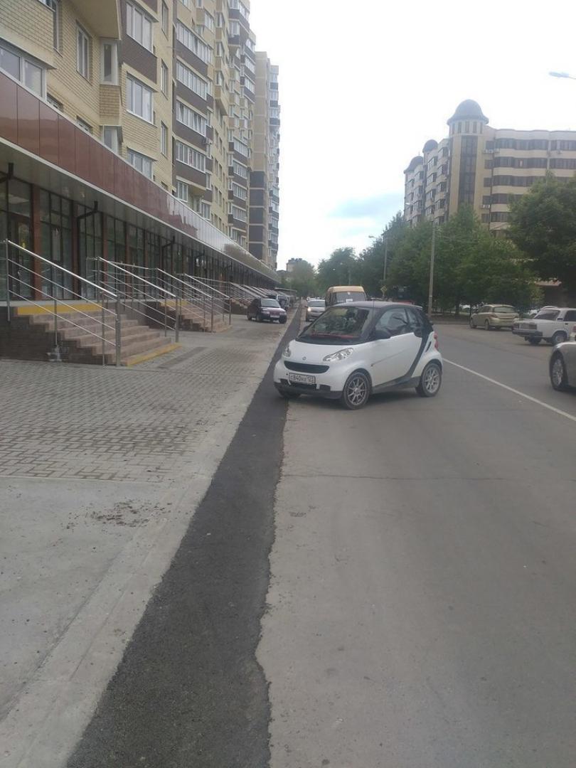На Парковой улице в Анапе малолитражка заблокировала движение
