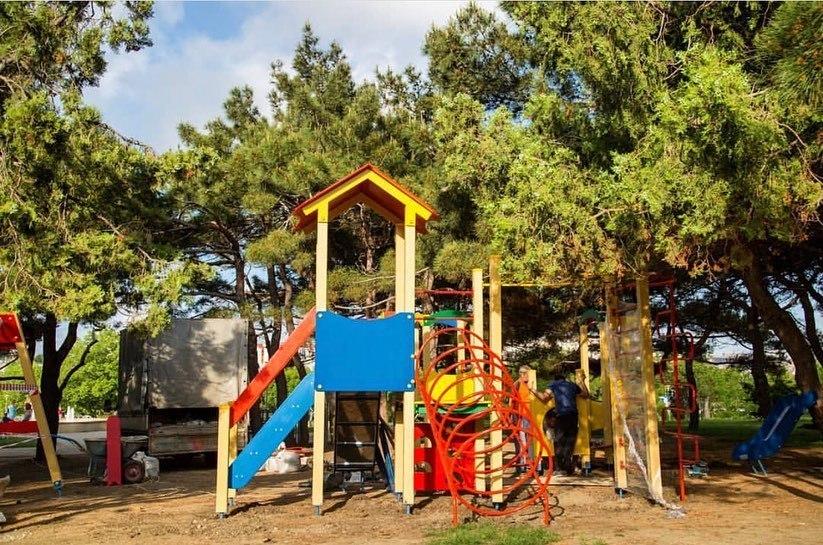 Новую яркую детскую площадку устанавливают в Ореховой роще Анапы