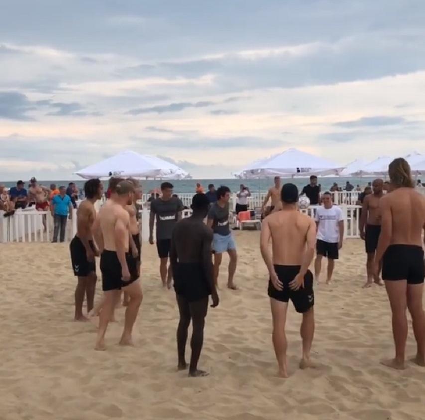 Футболисты сборной Дании побывали на местном рынке в Анапе