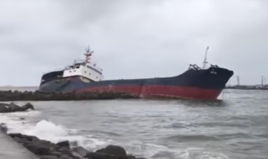 Рядом с Анапой получило пробоину крупнотоннажное морское судно