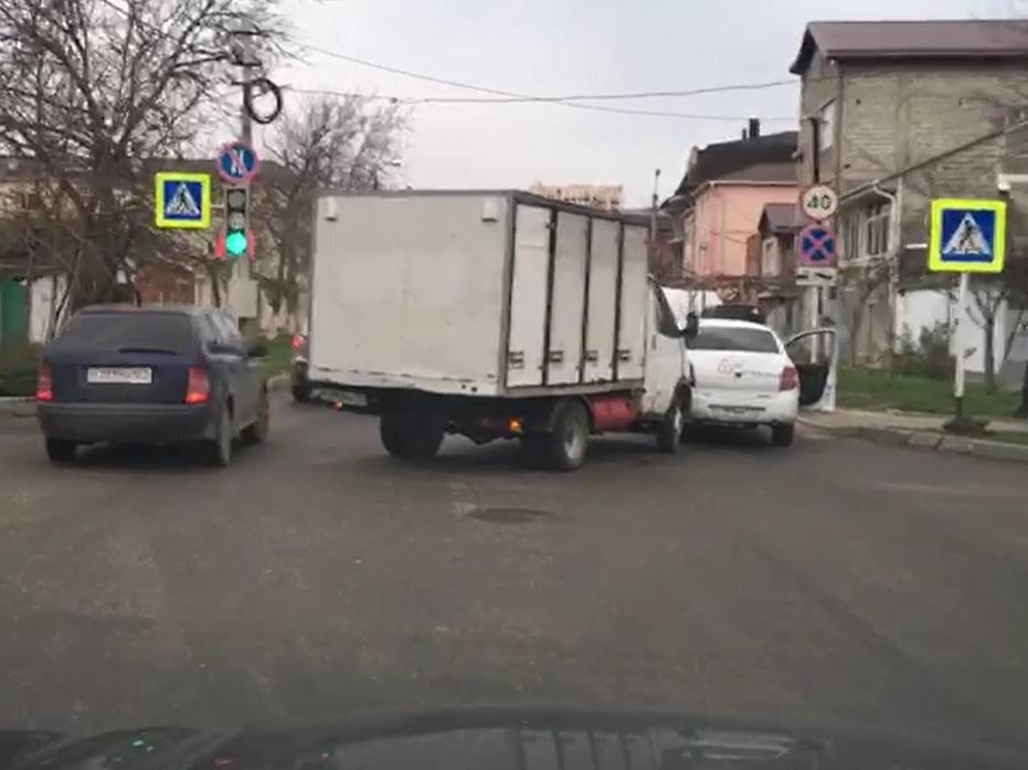 В Анапе хлебовозка врезалась в учебный автомобиль