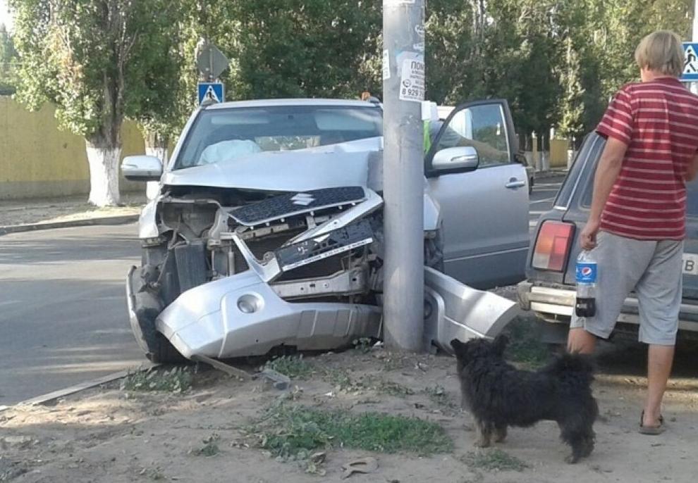В Анапе иностранец угнал машину и разбил её, врезавшись в столб
