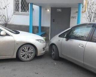 Автохамы в Анапе перекрыли жителям многоэтажки вход в подъезд