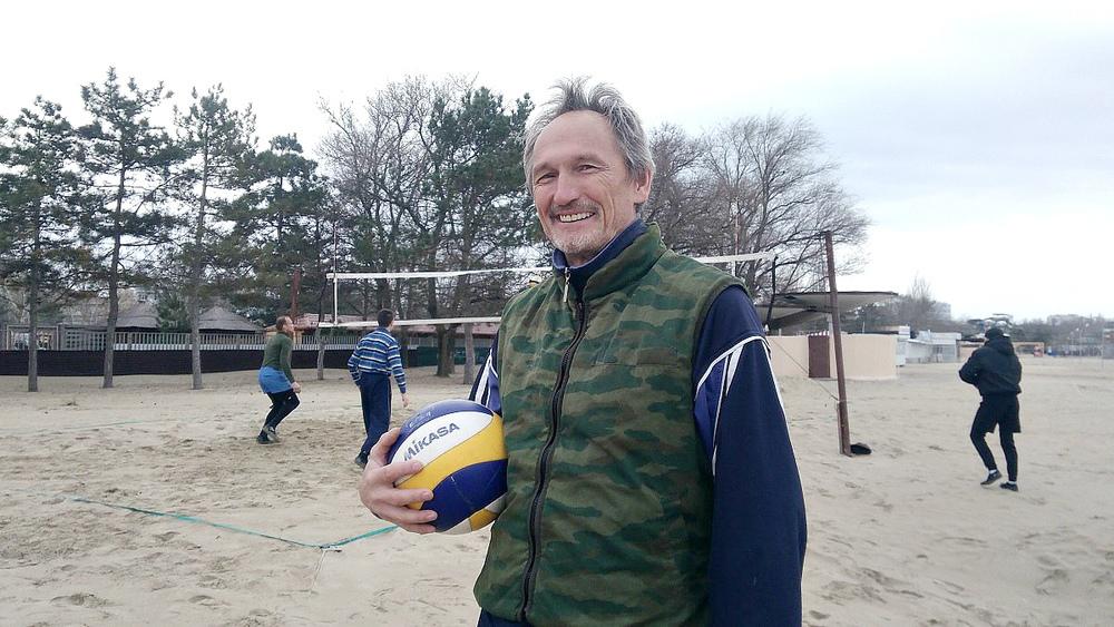 «Король пляжа» и «Настоящий полковник»: анапские пенсионеры отжигают на берегу моря