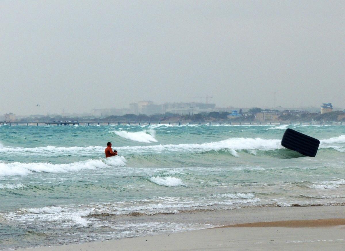 В Анапе мужчина затащил малыша прямо в штормящее море