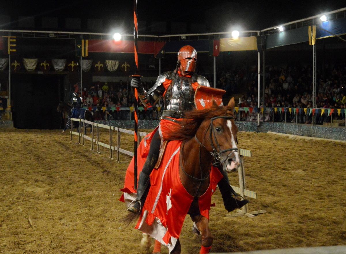 В Сукко под Анапой рыцари в шлемах и доспехах бились за прекрасную даму