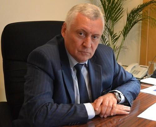 Высшее образование  Юрий Поляков получал без отрыва от производства