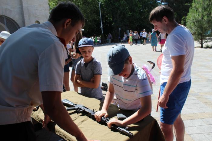 Анапские школьники взяли в руки настоящие «калаши»