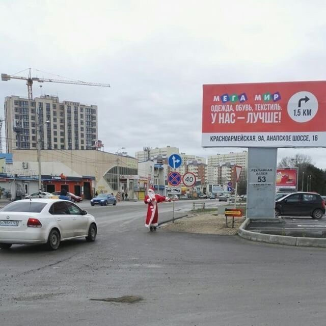 В Анапе на улице Чехова Дед Мороз танцует лезгинку
