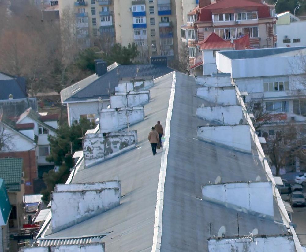 Ремонтные работы на крутой крыше анапской пятиэтажки могли закончиться трагедией